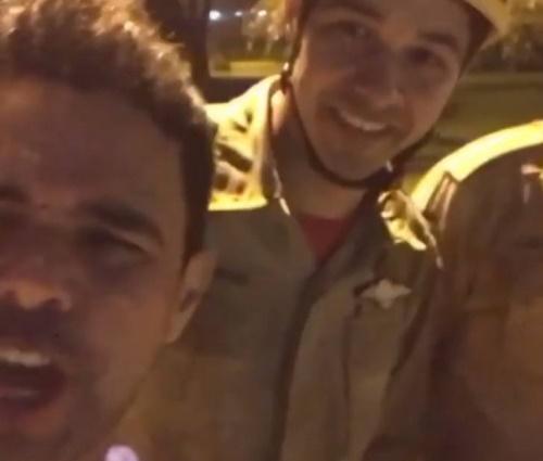 Após resgate, Zezé tirou foto com bombeiros (Reprodução/Instagram)