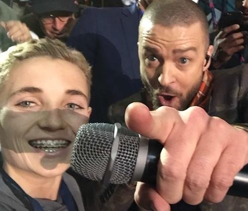 Foto do adolescente com Justin Timberlake tem feito sucesso na web (Reprodução)