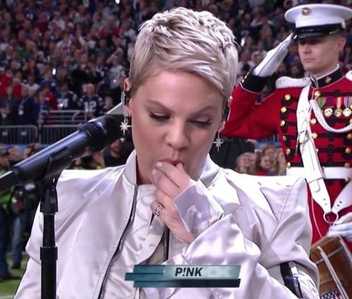 Pink cantou o hino nacional durante o Super Bowl (Reprodução/Twitter)