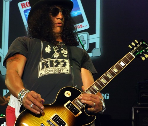 Slash (foto) é um dos guitarristas que usam Gibson (Wikimedia)
