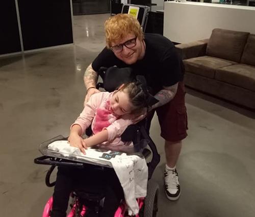 Ed Sheeran entrega pizzas a fãs que esperavam na fila de seu show