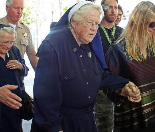 Catherine Rose Holtzman faleceu justamente no tribunal (Reprodução/Facebook)