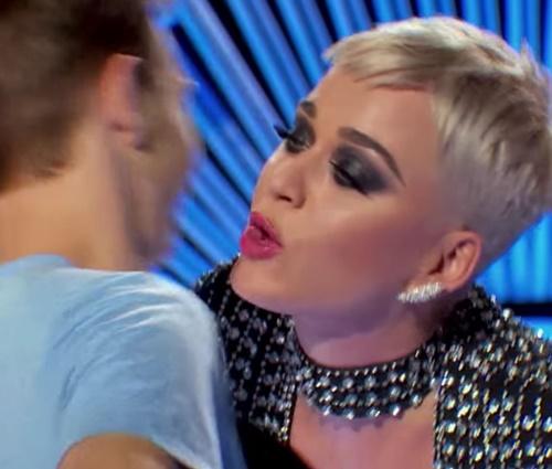 Benjamin Glaze se sentiu desconfortável com beijo de Katy Perry (Reprodução)