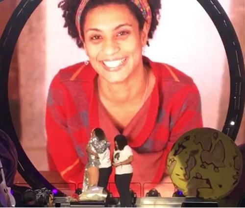 Katy Perry recebe irmã e filha de Marielle e faz homenagem no Rio