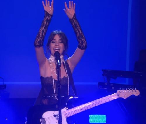 Guitarra de Camila não foi ouvida durante performance (Reprodução/YouTube)