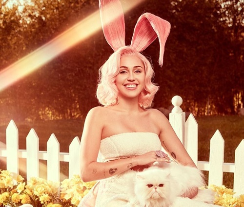Cantora posou com coelhinhos, ovos de chocolate e cenouras (Reprodução/Twitter)