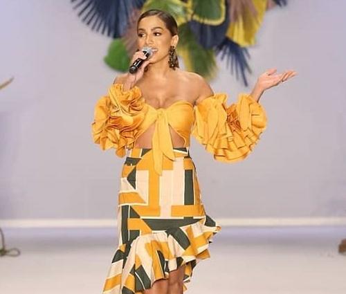 Vídeo: Anitta canta MPB em show na São Paulo Fashion Week