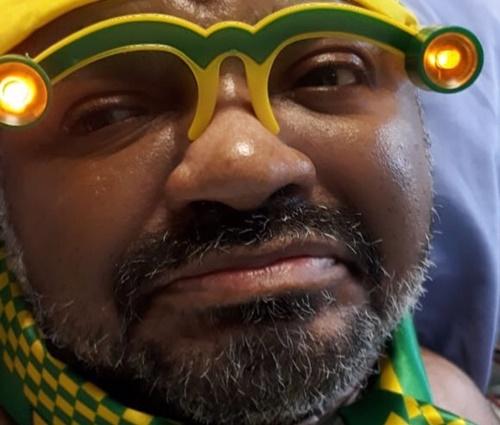 Foto de cantor torcendo para o Brasil no hospital foi divulgada na última semana