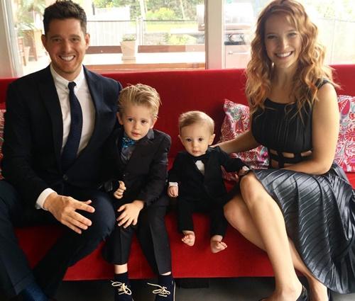Bublé e a esposa, a atriz Luisana Lopilato, com os filhos (Instagram)