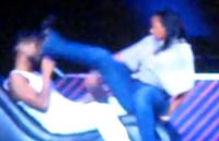Fã chuta a cara de Usher