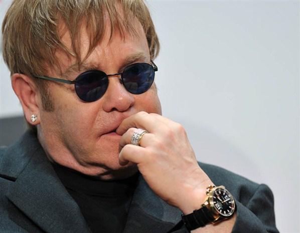 Islamitas homofóbicos protestam contra show de Elton John em república russa