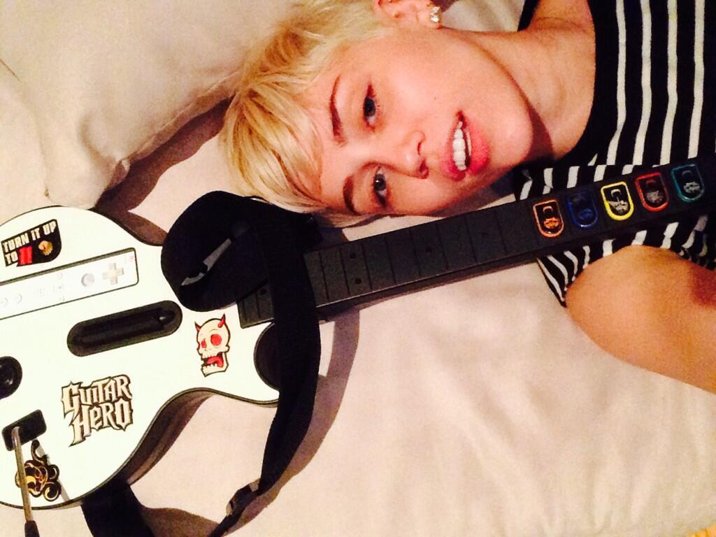 Miley Cyrus revela que passou a noite do Grammy jogando Guitar Hero